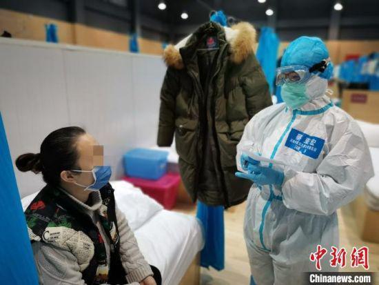 蔡亚宏正在和患者交流。受访者供图