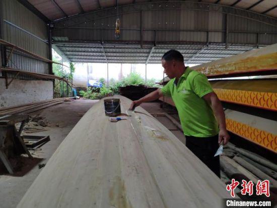 工人在制作龙舟。 王昊昊 摄