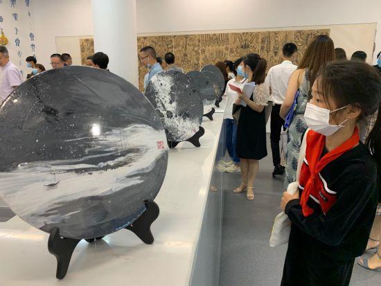 活性炭画《浏阳河印象》。