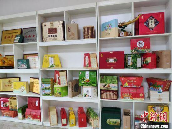 各类粽子产品。 王昊昊 摄