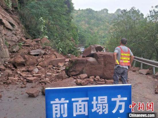 暴雨致湖南沅陵县国道G241线发生山体塌方。沅陵公路 供