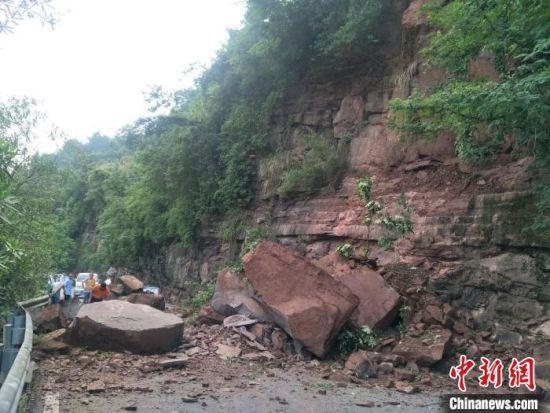 暴雨致湖南沅陵县国道塌方,现场滞留人员1000多人、车辆70多台。沅陵公路 供