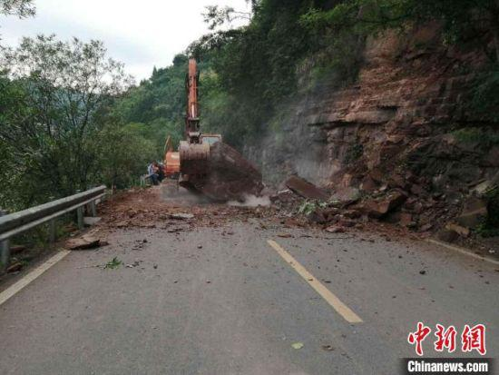 经过紧急抢险,道路已于上午11时许恢复通车。沅陵公路 供