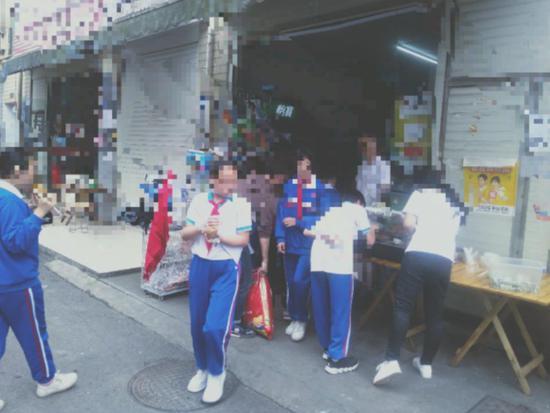 """晒小学生趣味视频成""""网红"""" 长沙一小吃店老板被家长投诉"""