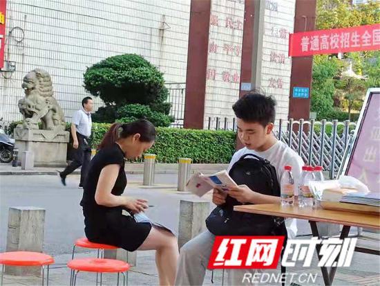 岳阳市四中门口,第一名到达考点候考的学生正在复习。
