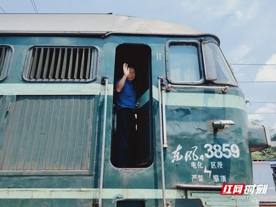 停靠站点的火车司机正在向记者打招呼