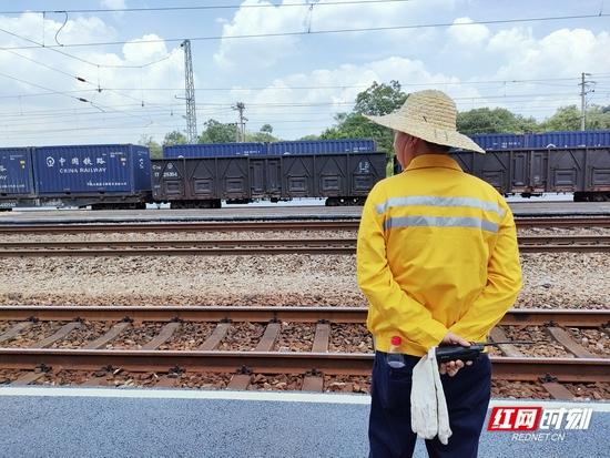 小站里的铁路工人