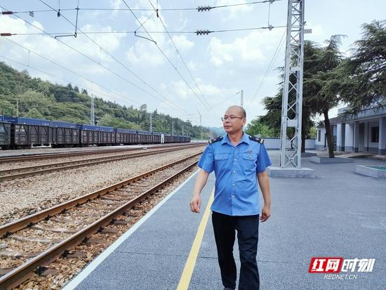 白石渡站站长陈智华,2018年主动请缨来到小站坚守