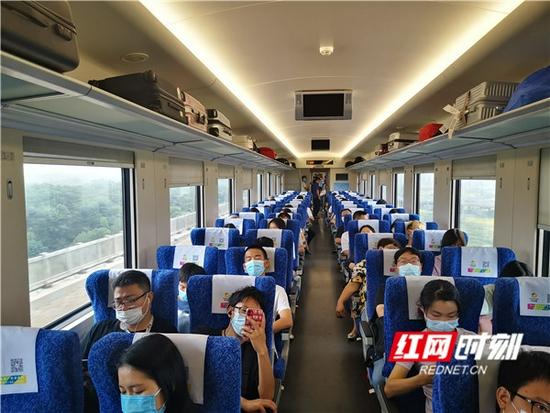 列车内部。