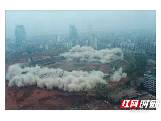 2001年4月6日,老贺龙体育场爆破拆除的画面。