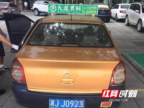 假出租车悬挂普通车牌。