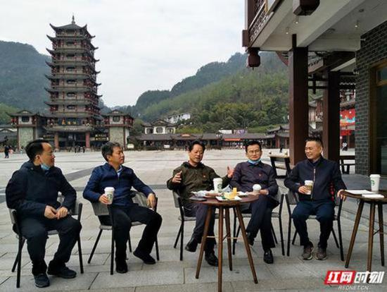 3月14日,张家界市委书记虢正贵,也走上了武陵源街头带头消费。