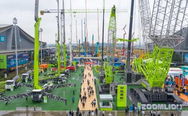 2021长沙国际工程机械展览会现场,塔吊林立,场面壮观。湖南日报·新湖南客户端记者 辜鹏博 摄