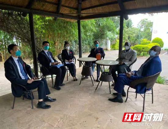 津巴布韦卫生和儿童福利部副部长会见湖南援非医疗队