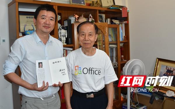 蔡自兴(右)曾任中国人工智能学会副理事长、湖南省政协副主席、全国政协委员等职,在国表里出版50多部涉及人工智能的专著教材。