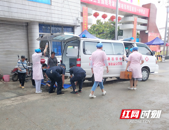 两名快警队员用手形成担架将老人抬下楼。