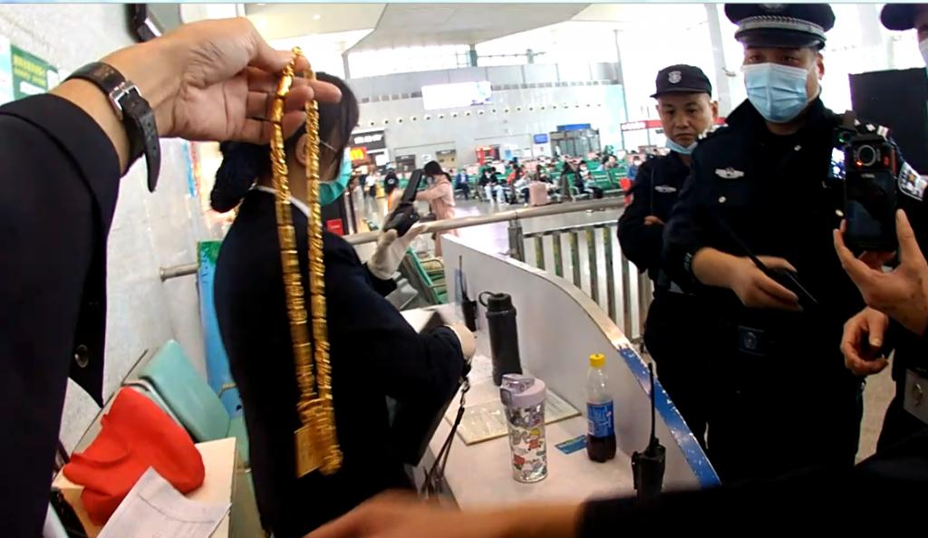 安检小姐姐惊呆了!谁掉了一斤多的金项链?