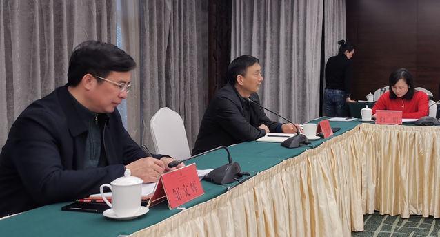 郴州市委副书记、市委宣传部部长邹文辉,市委常委、统战部部长王和平在听取新媒体人士的建议和意见。(张泉森 摄)