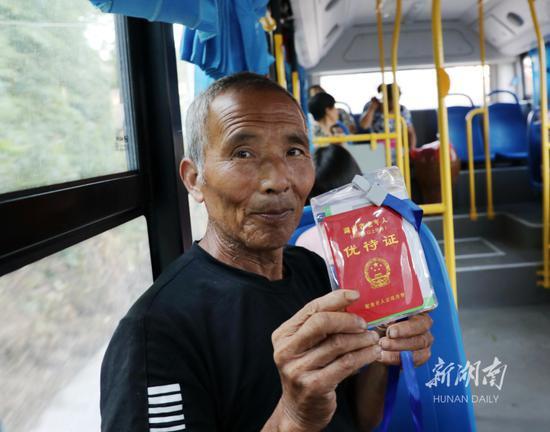 8月4日,保靖县清水坪镇贫困村黄连村,持优待证的老人免费乘坐公交车。
