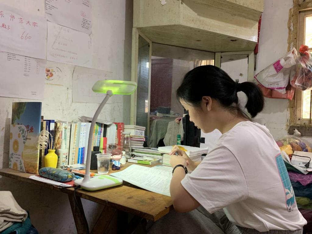 在简陋出租房里看书的江西都昌女孩刘媛。图 / 受访者提供