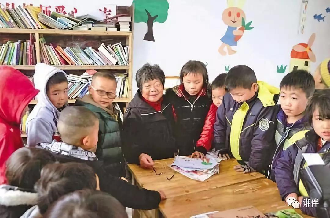 周秀芳为桐林弘盛希望小学里的孩子们讲故事。