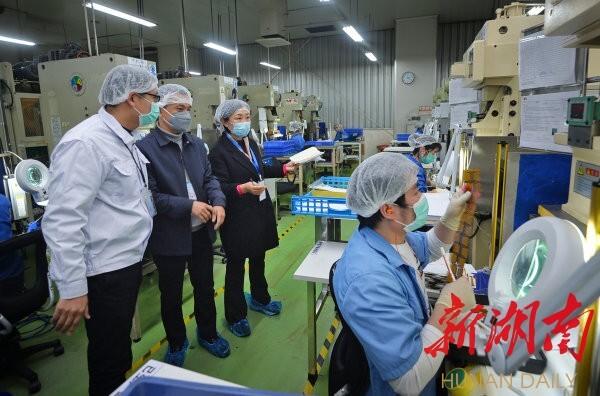 2月17日,长沙经济技术开发区湖南维胜科技有限公司,驻企防疫联络员刘瑛在检查指导企业做好防疫措施。湖南日报记者 李健 摄