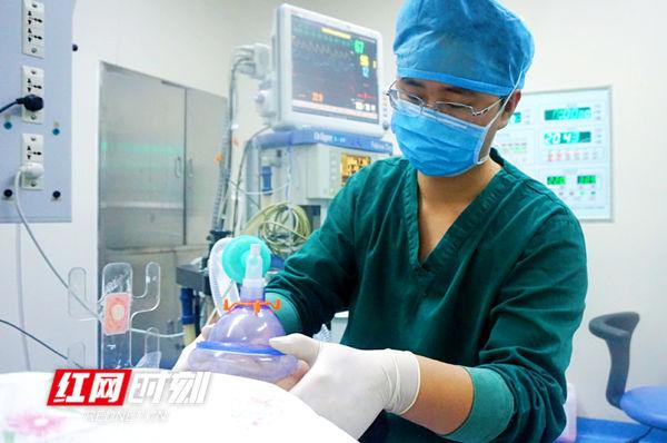 就在采访几分钟前,谢威刚刚参与了一个脑出血的患者开颅手术。
