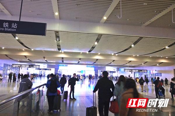 2月24日,在长沙火车南站,旅客正在有序进出站。