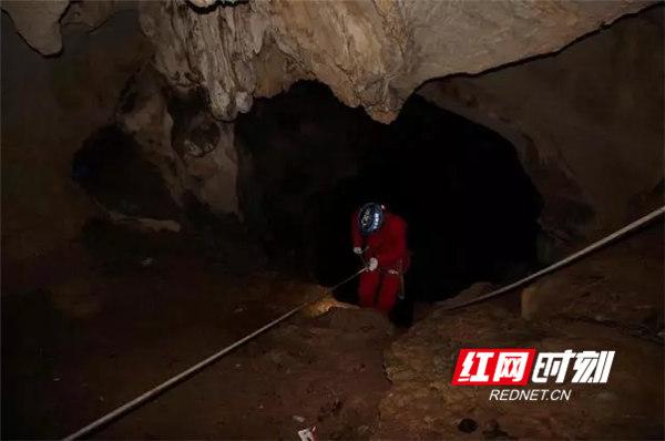 发现罗某尸骸的山洞。