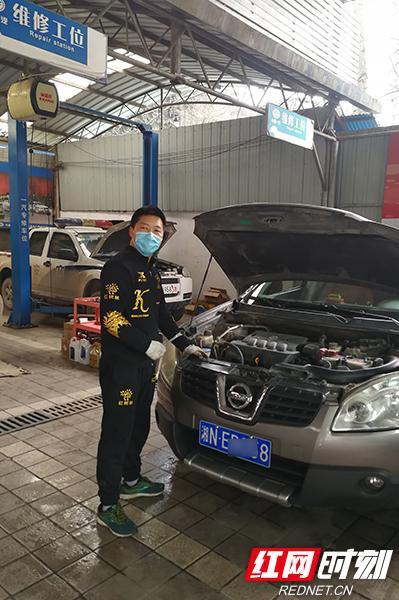 疫情防控期间,李旭驾驶的防控专用车跑坏了两个轮胎。