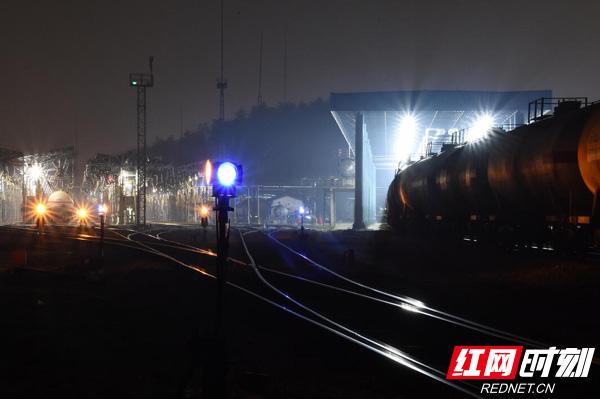 夜晚的岳阳北站内灯火通明,工作人员正组织直达列车,抢运各类关系国计民生的重点物资。
