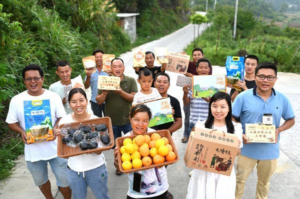 8月29日,新宁县安山乡大塘村,村民们展示当地的农特产品。 湖南日报记者 唐俊 摄
