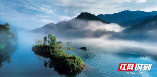 雾漫小东江。