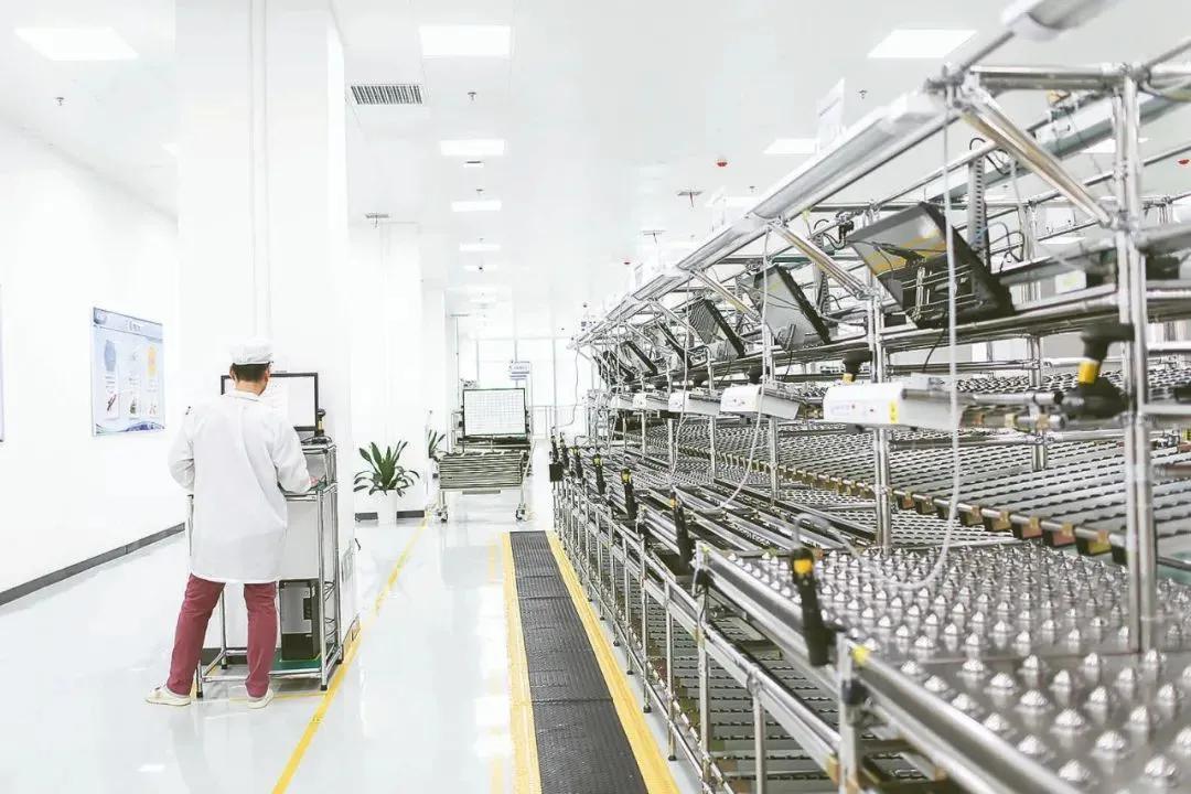 ▲ 8月17日,在湘江鲲鹏生产线,工作人员正在进行设备调试。柯鸣 摄