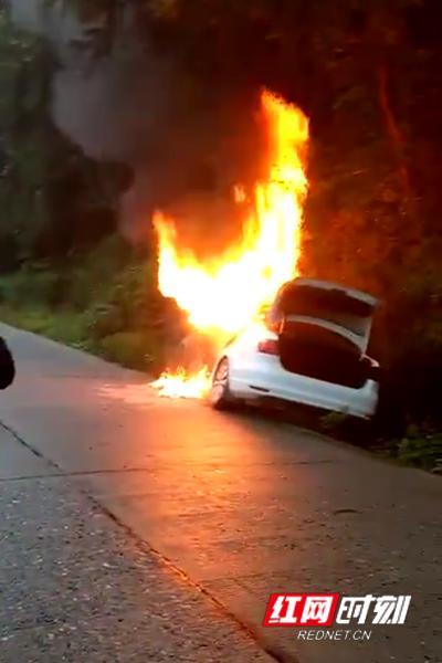 9月24日17时许,宁乡一小车发生自燃。(目击者拍摄视频截图)