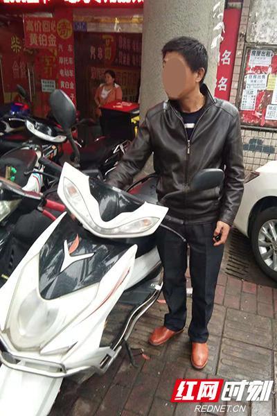 民警找回田先生的摩托车。