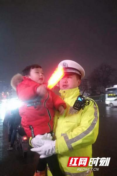 2月19日晚,杨林昌抱着儿子。