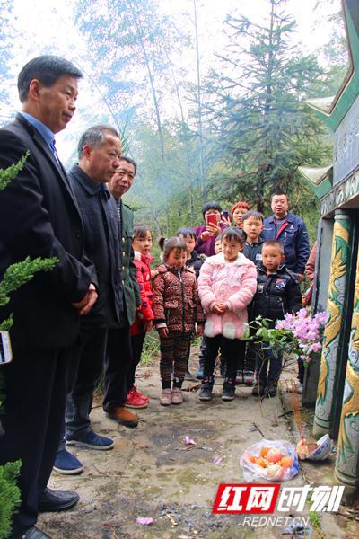 84年来,奉家镇墨溪村村民坚持为无名红军烈士墓扫墓。