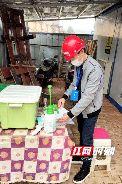 驻企联络员黄茂龙对开福区马湾路项目的防疫举措进行检查。