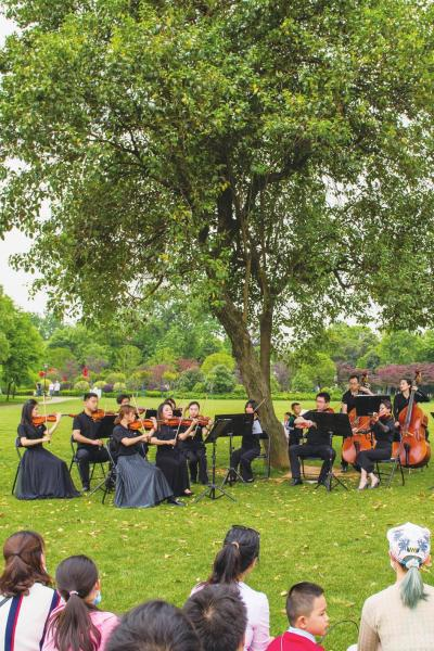 5 月 1 日,长沙交响乐团休闲音乐会在橘子洲景 区举行。图 / 记者谢长贵