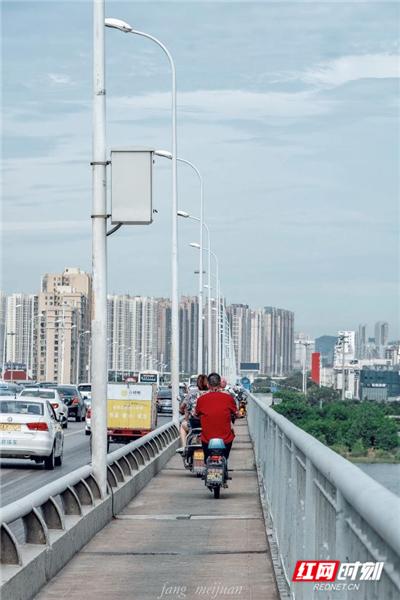 猴子石大桥。摄于8月19日9:27,多云的天气,天空灰蒙蒙的,伴着大风,依旧酷热。
