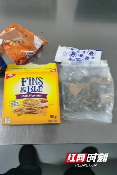 夹藏在饼干等食品中的走私毒品大麻。