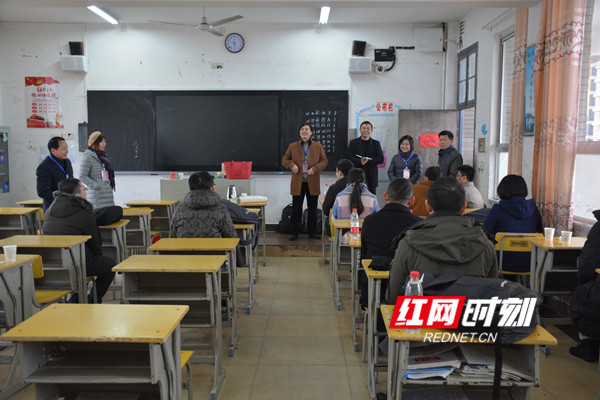 永州市委组织部、市人社局相关负责人前往考点休息室看望考生。