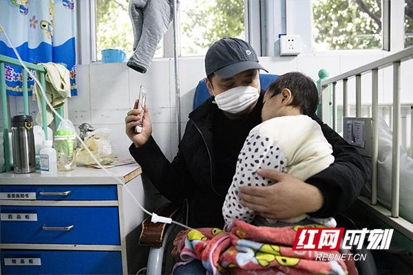 孩子几天前由于流感引发了脑炎,目前已经脱离危险。