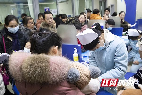 1月9日,记者走访长沙多家医院发现,无论在挂号收费窗口,还是在候诊室,都人满为患。