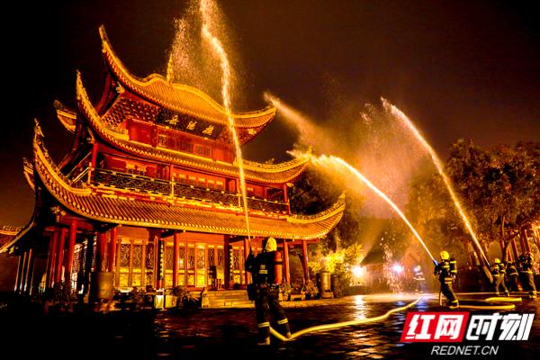 """岳阳楼晚上突然""""起火"""" 各级消防部门紧急""""扑灭"""""""