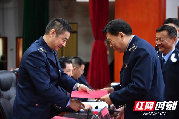 全省税务系统各单位主要负责人向国家税务总局湖南省税务局党委书记刘明权(左一)递交全面从严治党责任状。