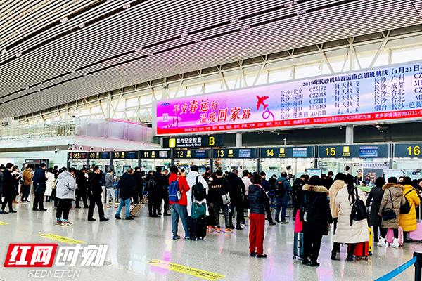在长沙机场,正月初二至初五旅客运输量逐步增长,尤其初五开始返程与出游客流叠加,客流不断攀升。