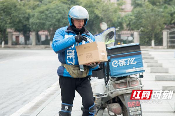 骑手汪俊正在送外卖