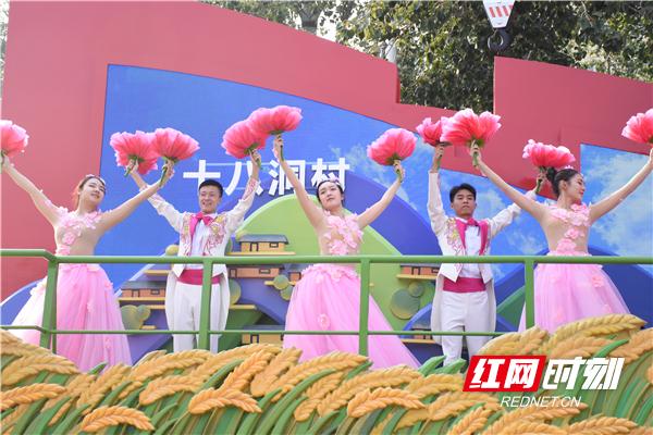 """""""潇湘今朝""""彩车上,演员们用变幻的芙蓉花造型配合彩车的整体设计,尽显了湖南创新引领的风貌。杨朝文 摄"""